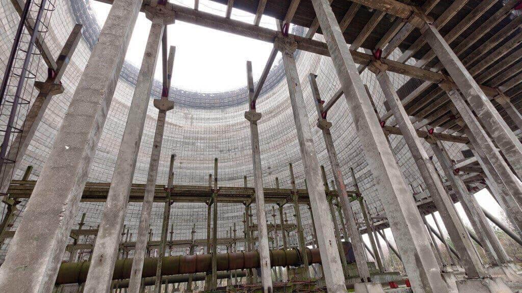 Czarnobylska wieża chłodnicza w pobliżu niedokończonego reaktora